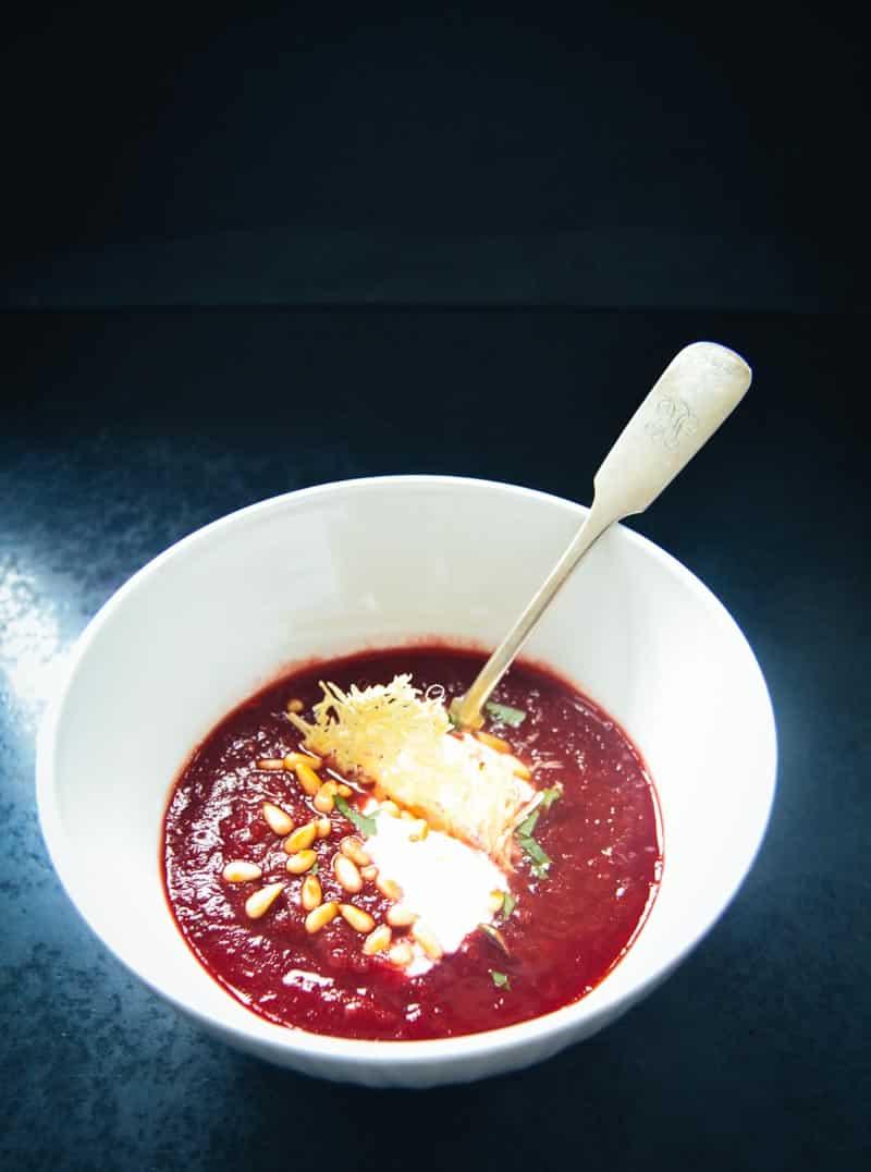 Rote-Beete-Suppe Rezept mit Meerrettich, Orangen, Pinienkernen und Parmesan Plätzchen