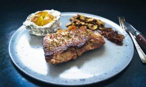 Rumpsteak braten Rezept mit Champignons , Backkartoffel und geschmorten Zwiebeln