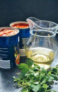 Tomaten in der Dose und Weißwein