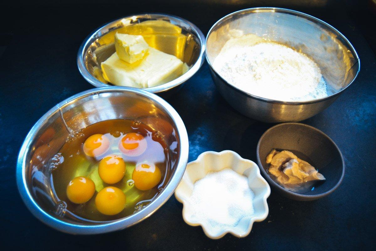 Zutaten Brioche ButterZutaten Brioche Butter, Eier, Mehl und Hefe, Eier, Mehl und Hefe