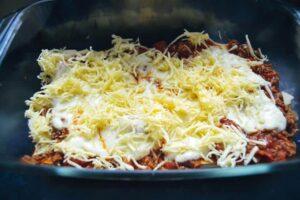 Bolognese Sauce und Lasagneblätter,Béchamel und geriebener Käse schichten