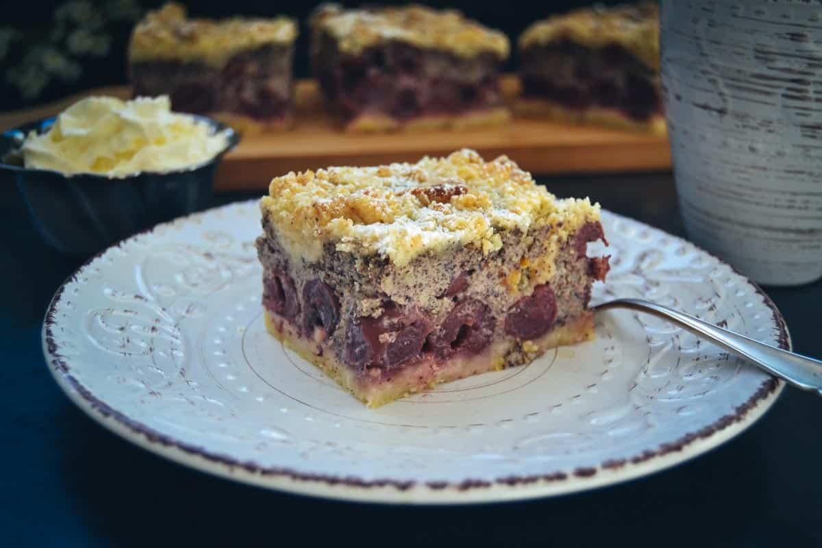 Mohnkuchen mit Streusel und Kirschen