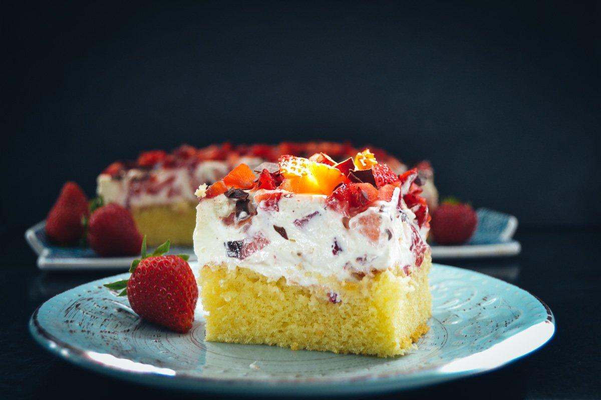 Blechkuchen mit Fanta, Erdbeeren und Schmand