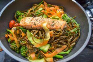 low carb nudeln - sea Pasta mit Lachs und Gemüse