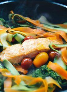 Lachs und Gemüse anbraten