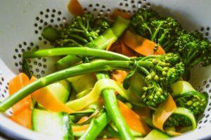 blanchiertes Gemüse aus Karotte , Broccoli und Zucchini