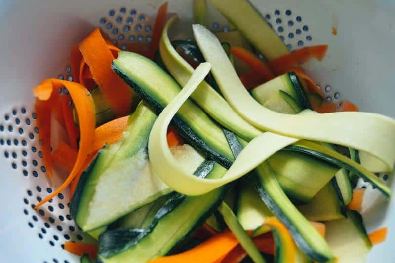 Karotte , Broccoli und Zucchini in Streifen geschnitten