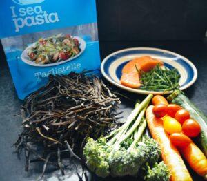 Algen Pasta , Broccoli, Karotte, Tomaten, und Lachs