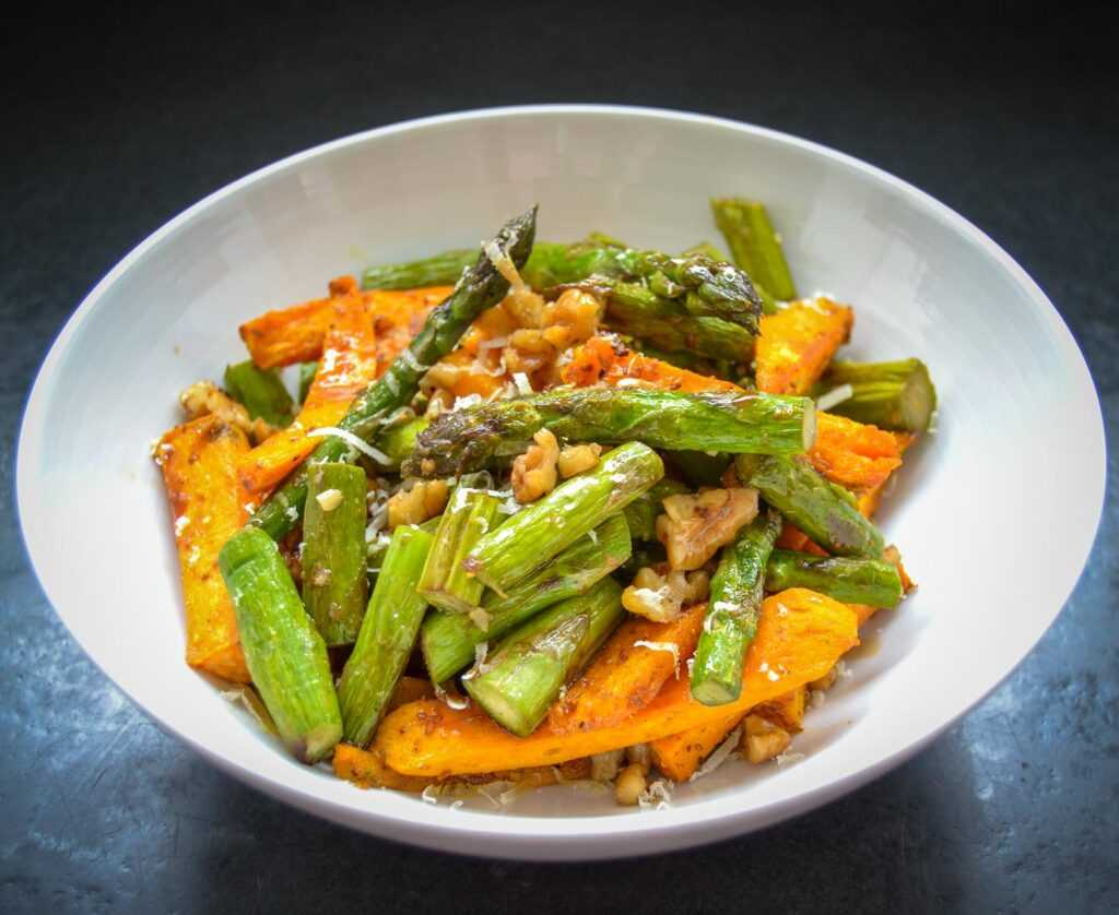 Spargelsalat mit Süßkartoffel und Parmesan