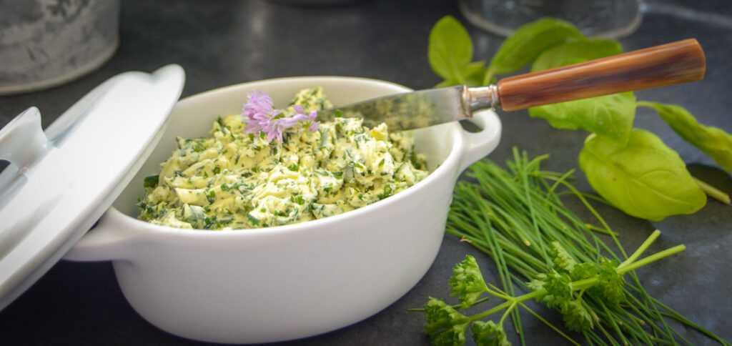 Kräuterbutter Rezept mit Petersilie , Schnittlauch und Basilikum