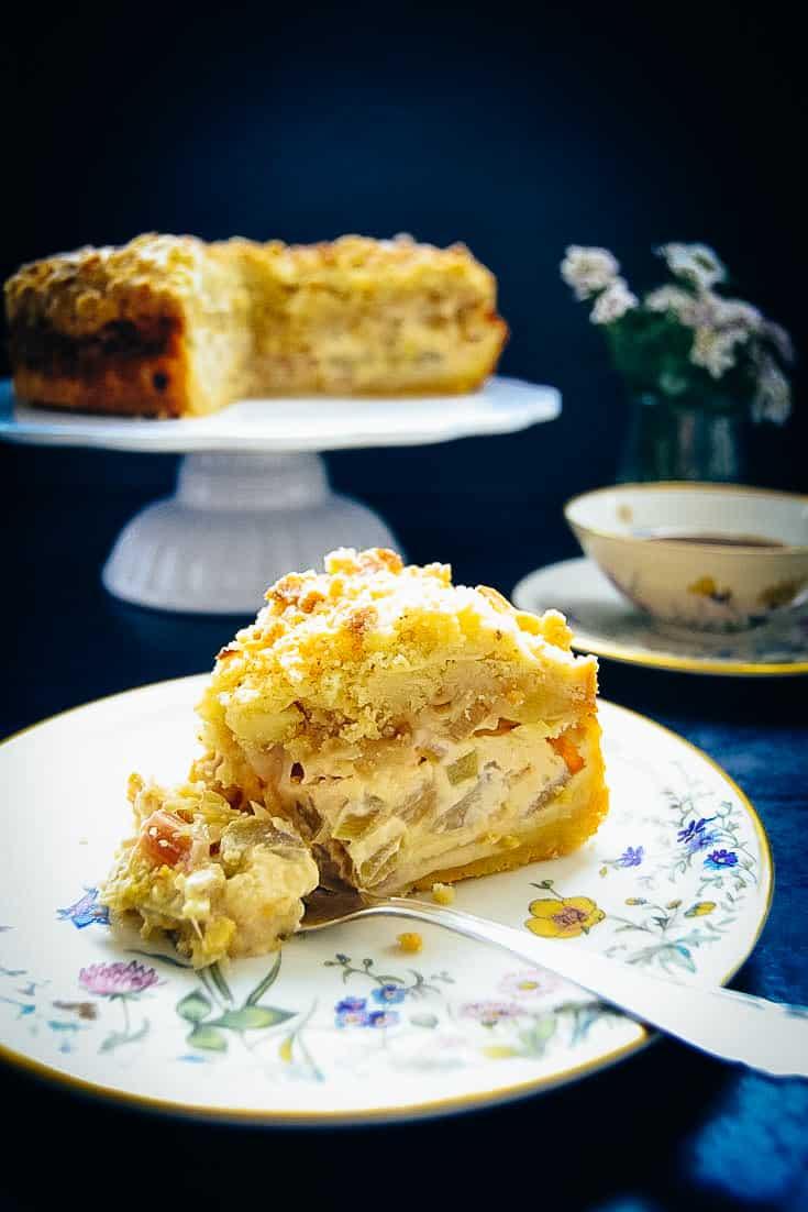Rhabarberkuchen mit Streusel und Schmand