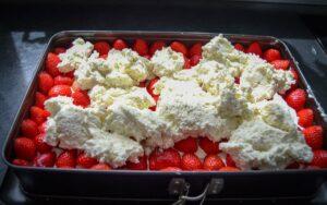 Biskuitboden mit Erdbeeren und Käse-Sahne