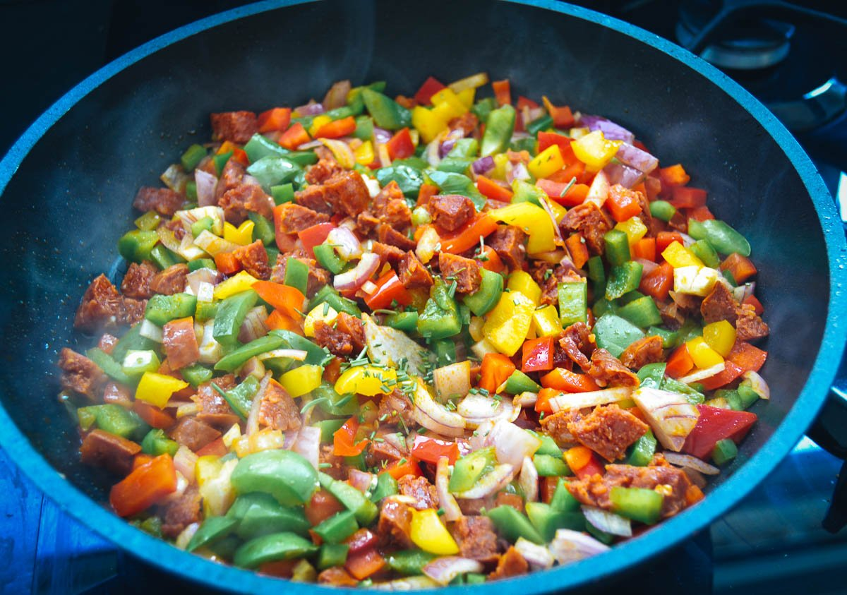 gebratene Zwiebel, Paprikawürfel, Chorizo