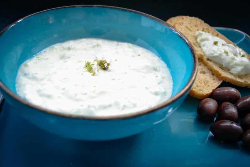 Zaziki mit Oliven und Brot