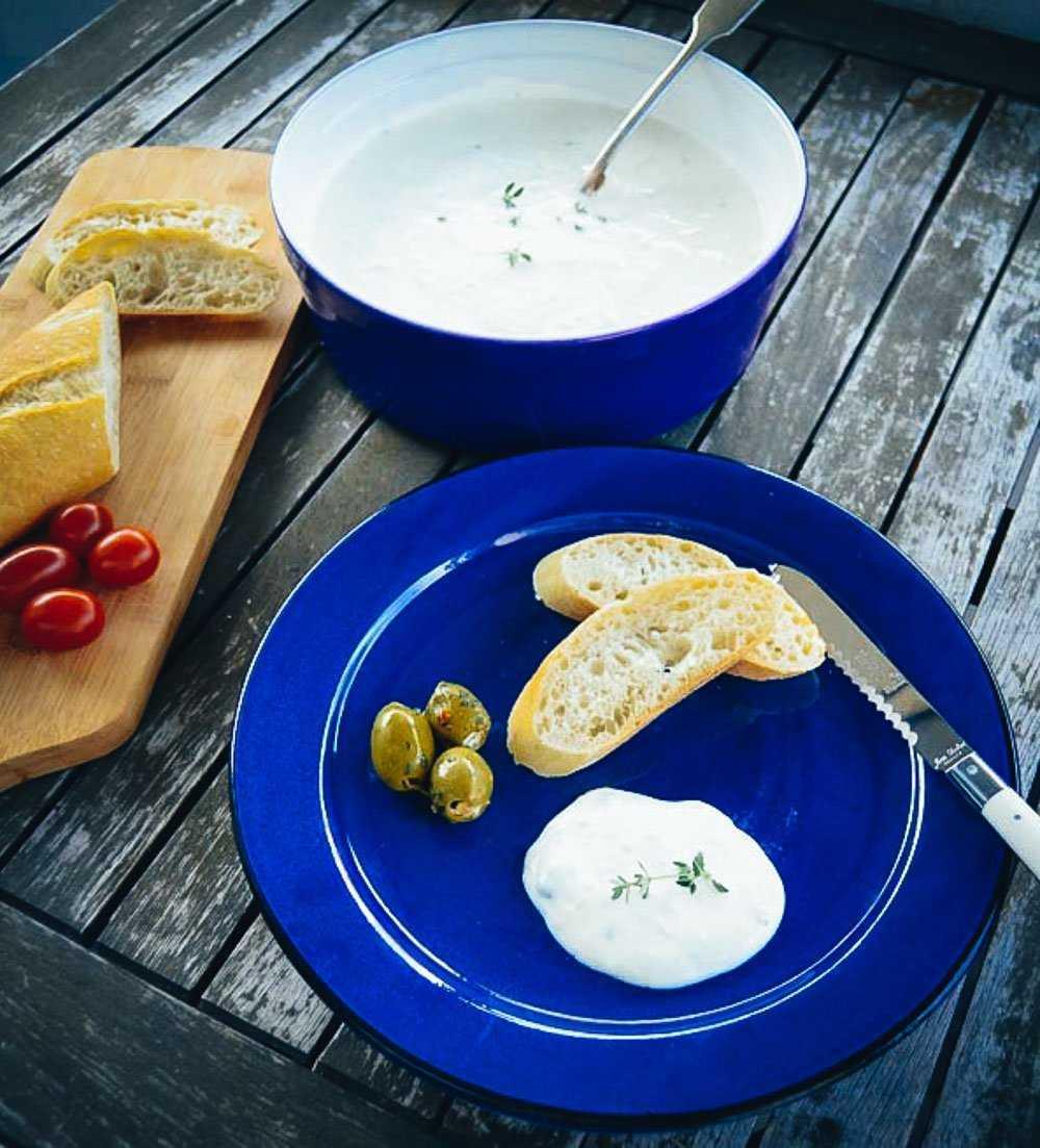 Griechisches Zaziki mit Oliven und Brot