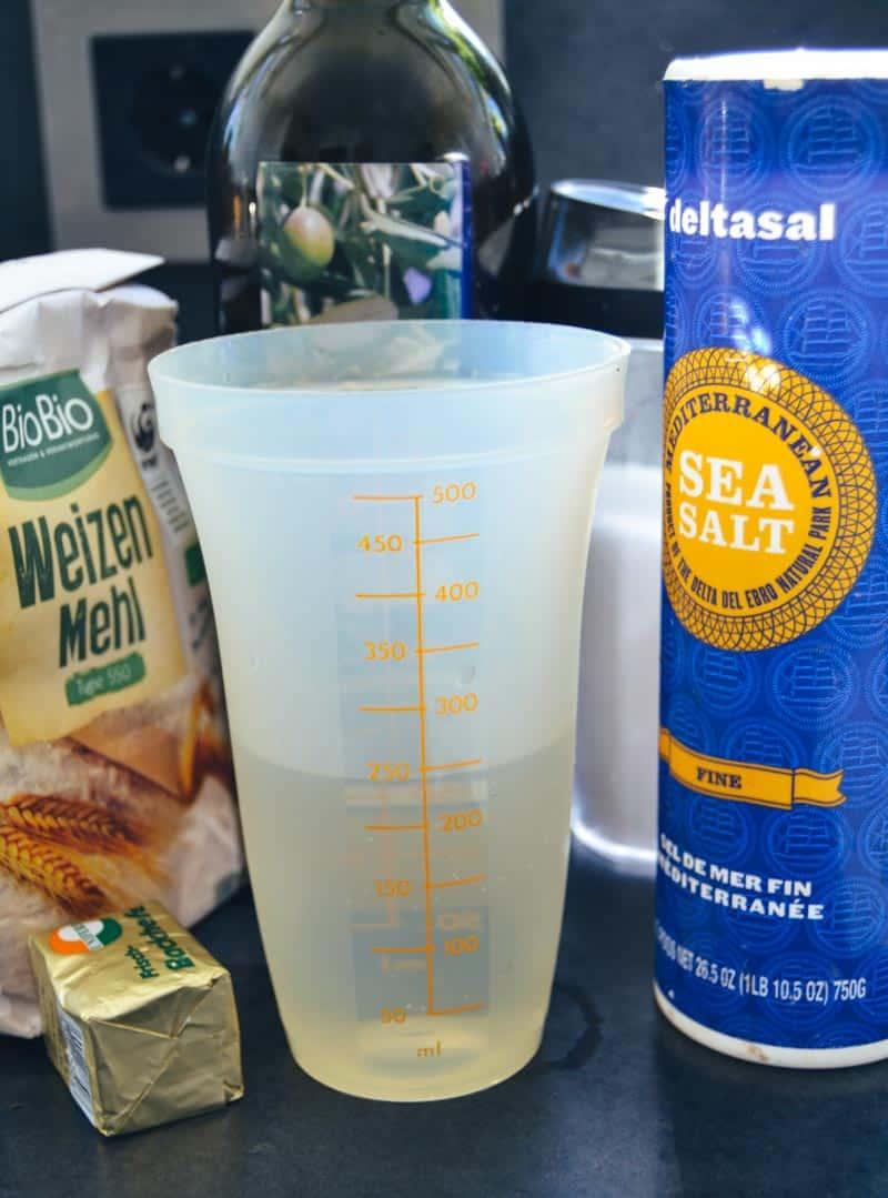 Mehl, Wasser, Hefe, Olivenöl