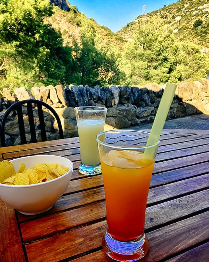 Kleine Urlaubspause im Corbieres mit Pastis und Suze