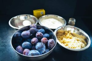 Pflaumen, Marzipan, Zucker, Mehl und Butter