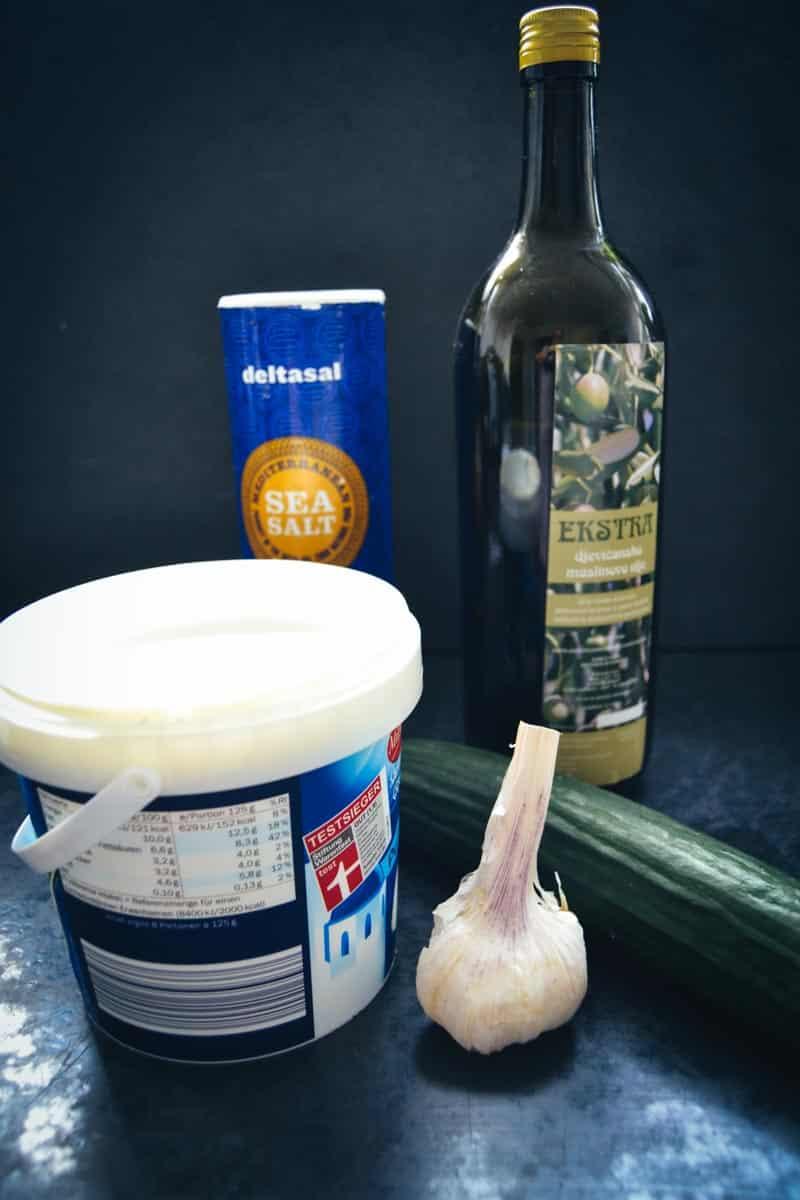 griechischer Joghurt, Olivenöl, Gurke, Knoblauch, Meersalz