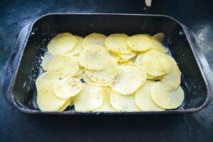 Kartoffelgratin in einer Auflaufform Gratin Dauphinois