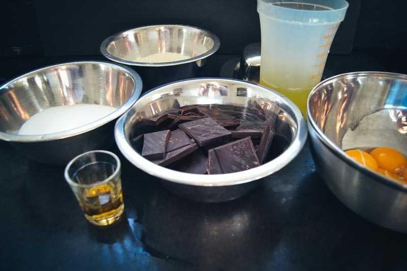 Zutaten für Schokoladen Kuchen, Schokolade, Zucker, Eier Rum