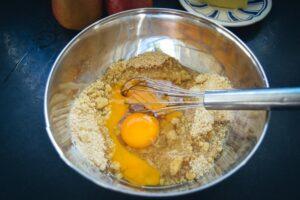 Mandeln und Eier verrühren