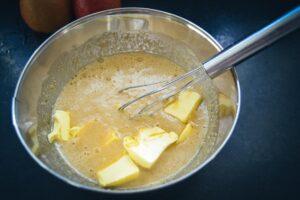 Mandelcreme mit Butter verrühren