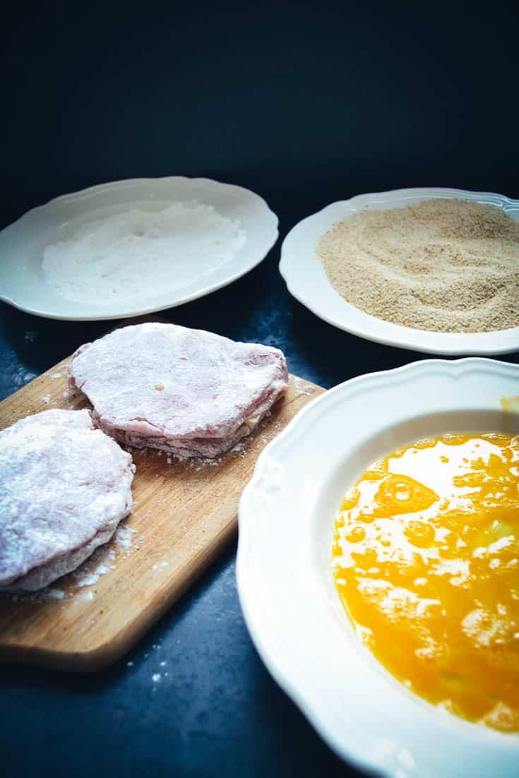 gefüllte Schnitzel in Mehl, Ei und Semmelbrösel panieren
