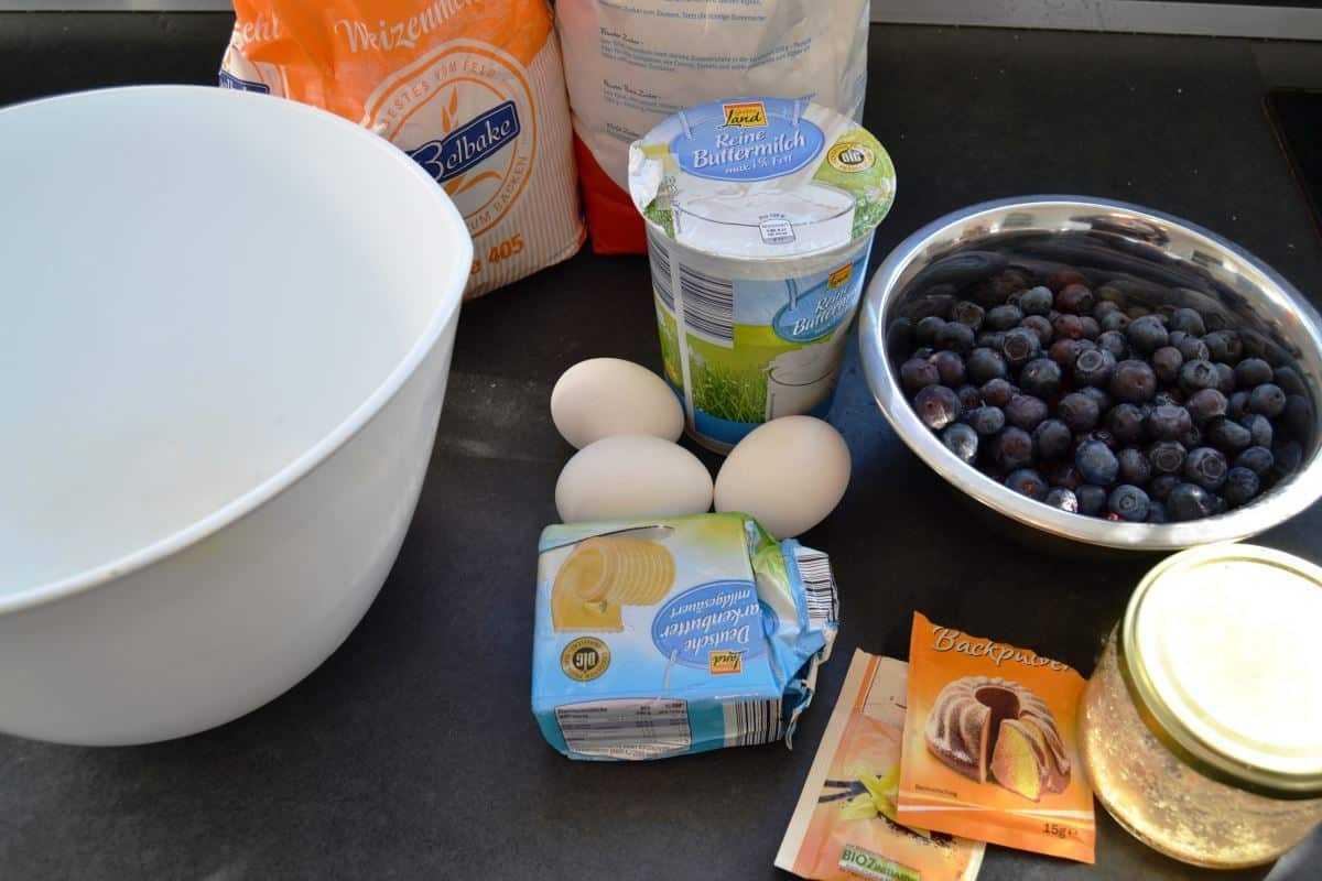 Blaubeeren, Mehl, Zucker, Butter und Eier für den MuffinTeig