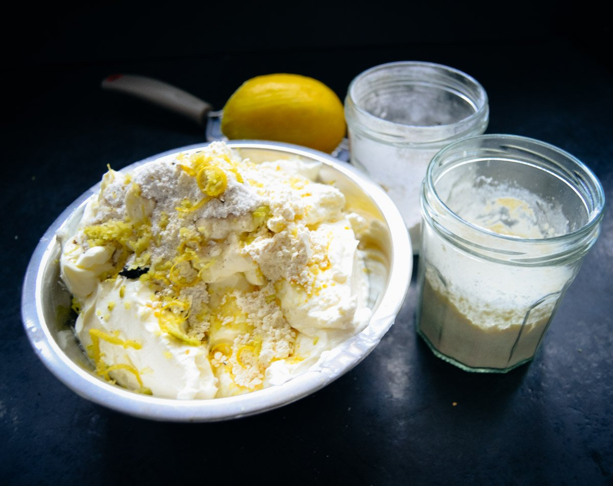 Quark mit Zitronenschale und Zucker