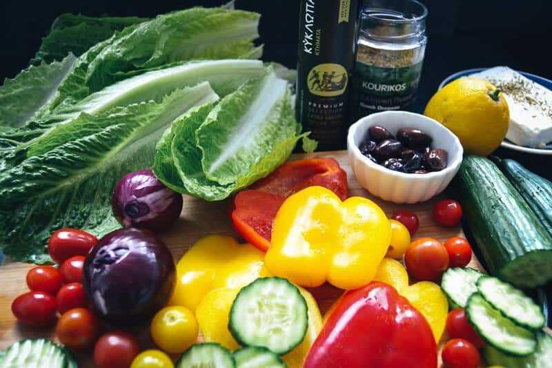 Tomaten,gewürfelte Paprika, Gurkescheiben und rote Zwiebel