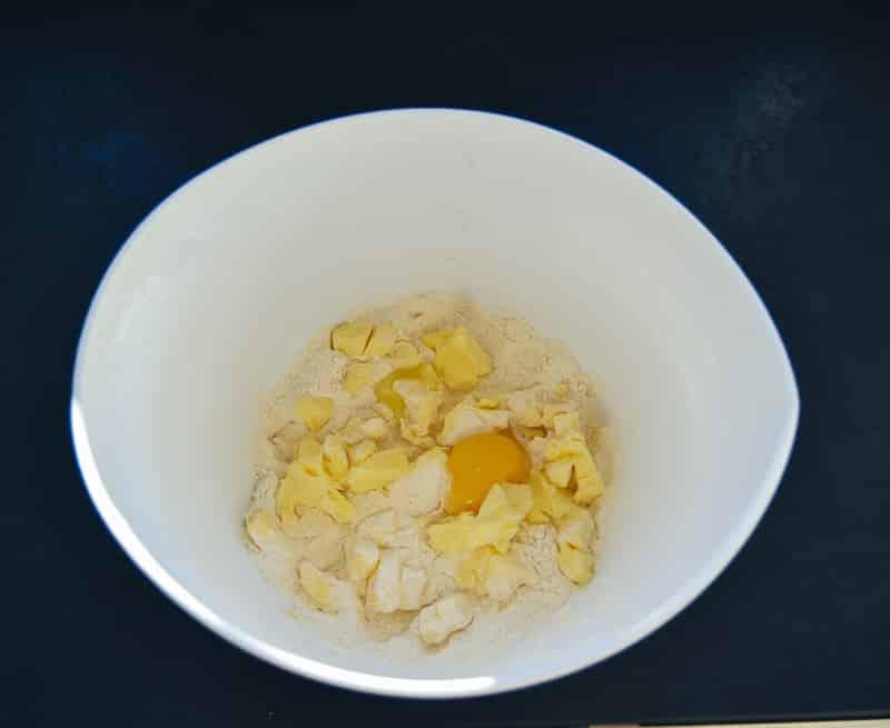 Mehl, Ei und Butter für Quiche Teig