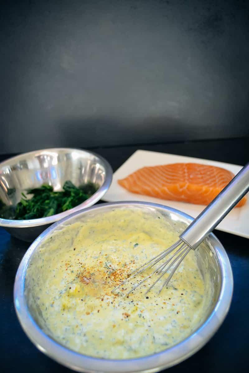 Creme Fraiche mit Eiern, Kräutern, Dill und Lauchzwiebeln verrühren