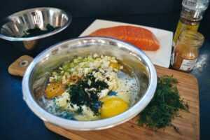 Creme Fraiche mit Eiern, Kräutern, Dill und Lauchzwiebeln