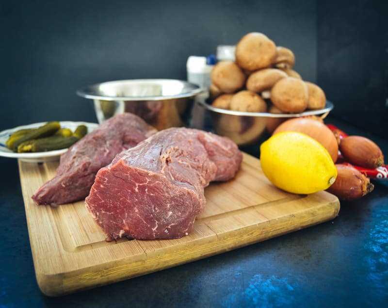 Rinderfilet, Zitrone, Zwiebel, Pilze, saure Sahne , Gewürzgurke
