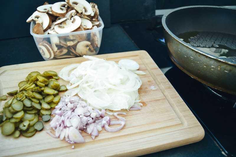 Champignons , Zwiebel und Gurken klein geschnitten