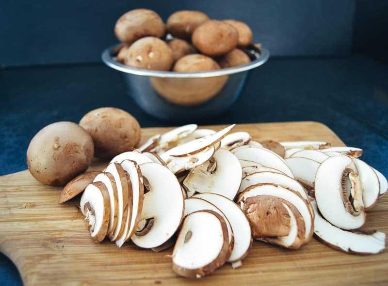 braune Champignons in Scheiben geschnitten