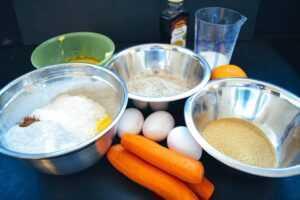 Karotten, Eier, Zucker, Nüsse , Mehl und Butter für Karotten Muffins