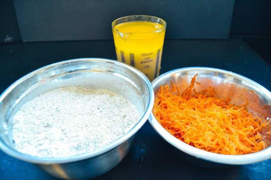 Mehl, geriebene Karotten und flüssige Butter