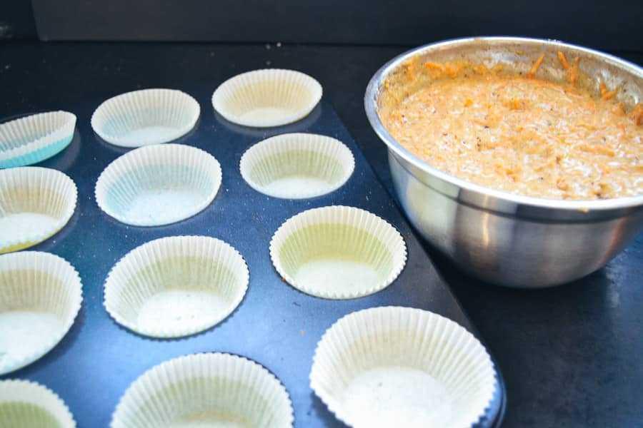 Muffinteig in Förmchen füllen