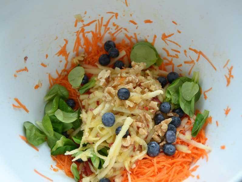 Möhrensalat mit Apfel, Blaubeeren und Feta und Salat