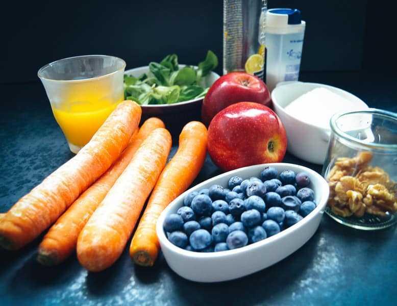 Möhren, Blaubeeren, Äpfel, Walnüsse und Feta für Karottensalat