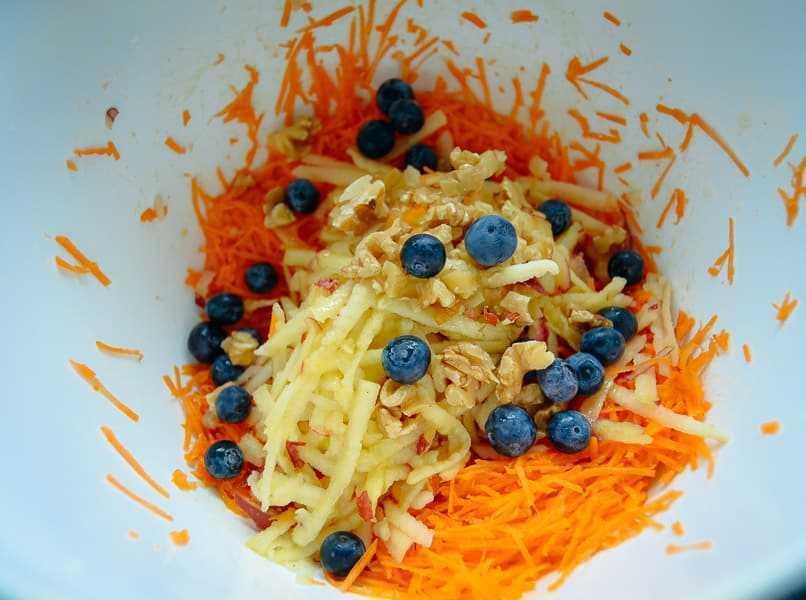 Möhrensalat mit Apfel und Blaubeeren