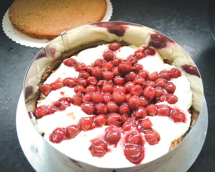Eierlikörsahne mit Kirschen füllen Tortenfüllung