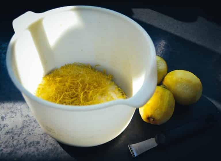 Zitronenschale und Zucker