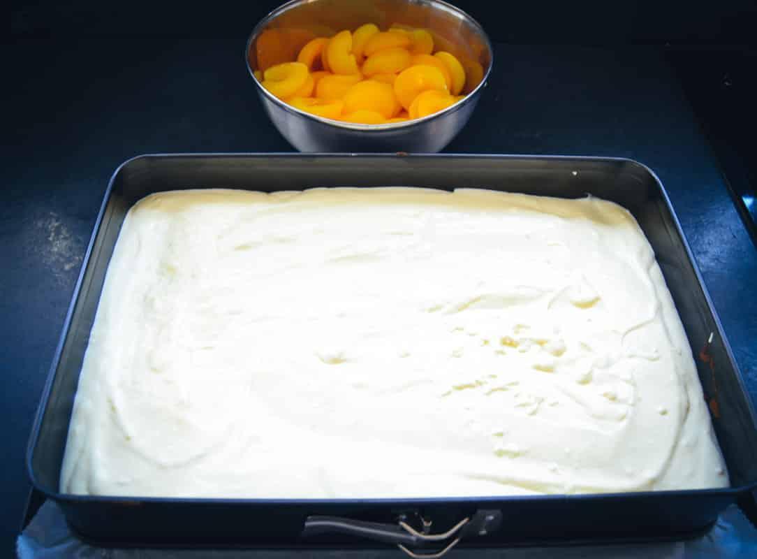 Schmandcreme auf Kuchenboden streichen