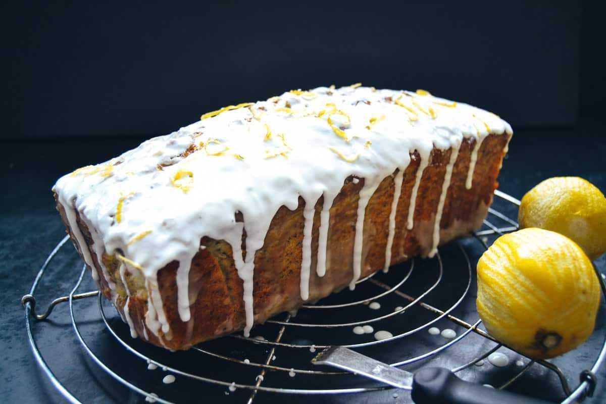 Zitronenkuchen mit Mohn und Zuckerguss