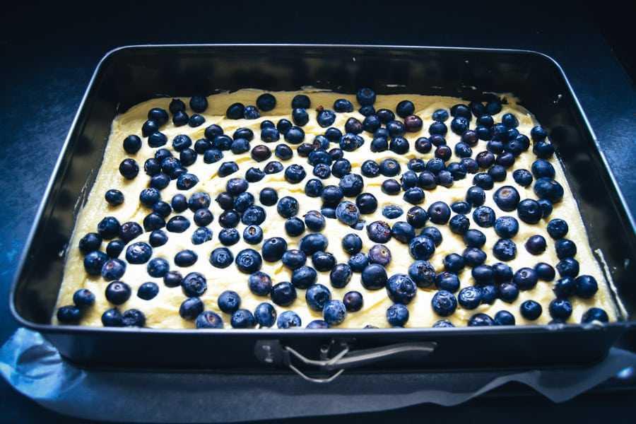 Blechkuchen mit Schmand und Blaubeeren