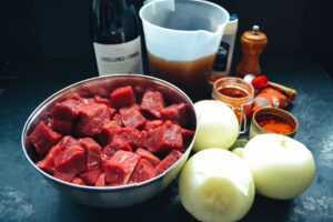 Gulasch, Zwiebeln, Rotwein, Rinderfond Paprikapulver