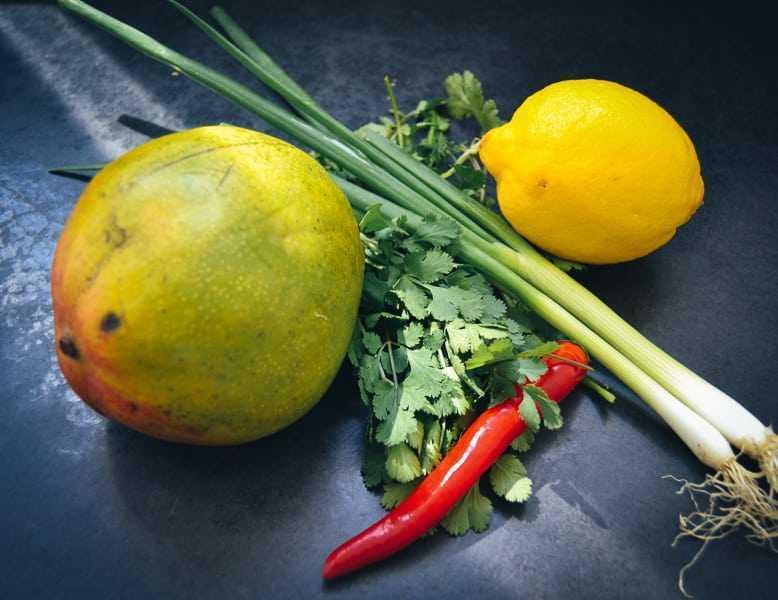 Mango, Zitrone, Koriander, Chilischote und Koriander